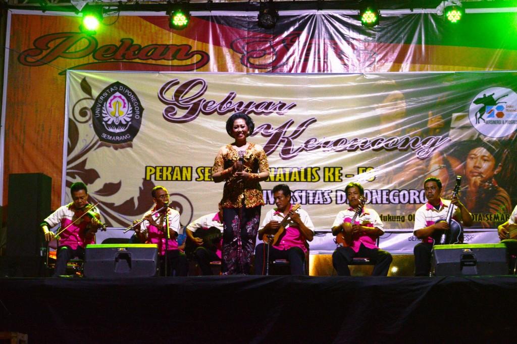 Penampilan Keroncong Tetap Segar ikut memeriahkan Pekan Seni Dies Natalis Undip ke 58 di Lapangan Widya Puraya, Senin (9/11) (Agung/Manunggal)