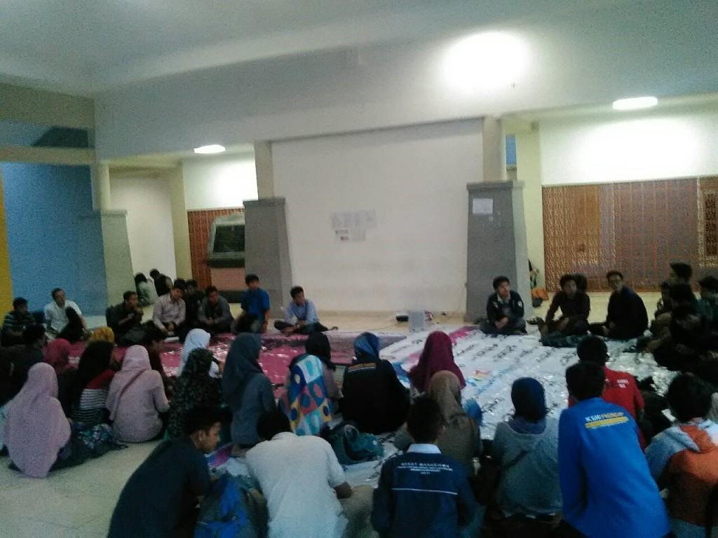 Mahasiswa berdiskusi dalam kajian umum yang diadakan BEM Undip Bidang Harkam, mengenai MWA di pelataran Student Centre, Senin (23/11). (Ayu/Manunggal)