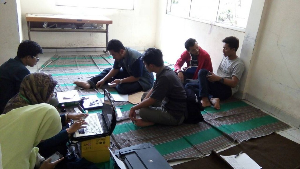 Setelah ditunda empat jam, verifikasi berkas calon senator perwakilan UKM tetap berlangsung di Sekre Panlih, Sabtu (28/11). (Kiki/Manunggal)