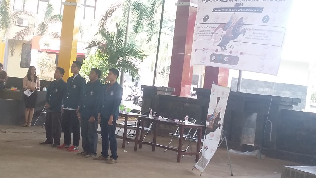 Hafiz-Eko dan Fawaz-Luthfi sedang menyanyikan lagu Indonesia Raya di hadapan panelis dan seluruh hadirin sebagai konsekuensi karena tiba di lokasi kampanye terlambat (08/12). (Adi/Manunggal)