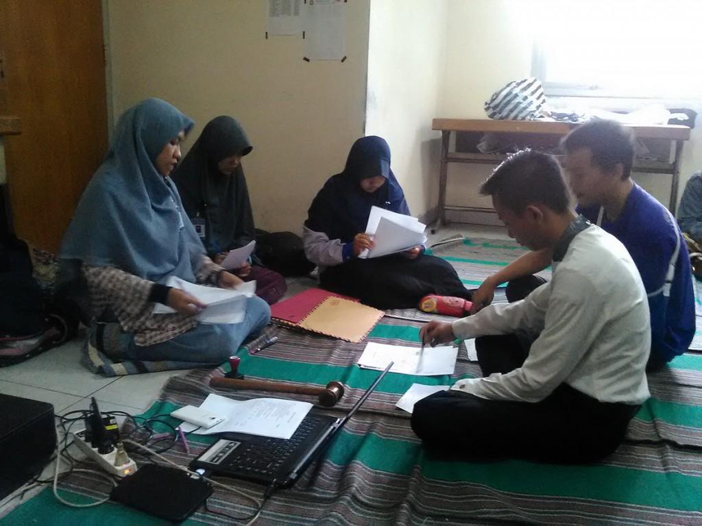 Panlih dan dua saksi tengah memverifikasi berkas calon senator, bertempat di Sekretariat Panlih, Jumat (4/12). (Astrid/Manunggal)