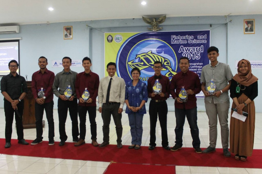 Foto bersama dalam  Fisheries and Marine science Award 2015 di Auditorium FPIK, Rabu (16/12). (Nina/Manunggal)