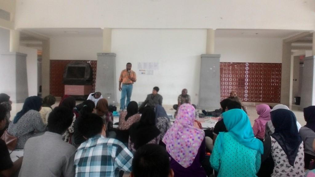 Perwakilan PT Freeport Indonesia, Arlan Suruan menjawab pertanyaan dari mahasiswa Jurusah Hubungan Internasional dalam diskusi yang digelar BEM Undip, Sabtu (12/12) di SC Undip, Tembalang. (Irzal/Manunggal)