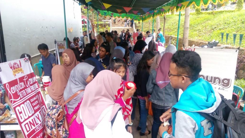 Para pengunjung memadati stan makanan dalam PR Food Fair, Senin (14/12). (Intan/Manunggal)