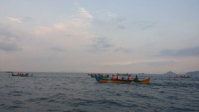Perahu katir menuju wilayah lintasan lumba-lumba di Teluk Kiluan. (Dok. Pribadi)
