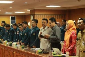 Dosen Fakultas Hukum Undip, Dr. Pujiono, S.H, M.Hum membacakan ikrar yang berisi enam tuntutan warga Jateng terhadap revisi UU KPK di Gedung DPRD, Kamis (25/2). (Afandi/Manunggal)