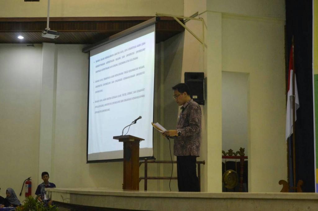 Pembantu Rektor (PR) III Budi Setyono membacakan ikrar sebagai bentuk pengesahan pelantikan lembaga bersama di Gedung Prof Soedarto, Rabu (24/2). (Astrid/Manunggal)