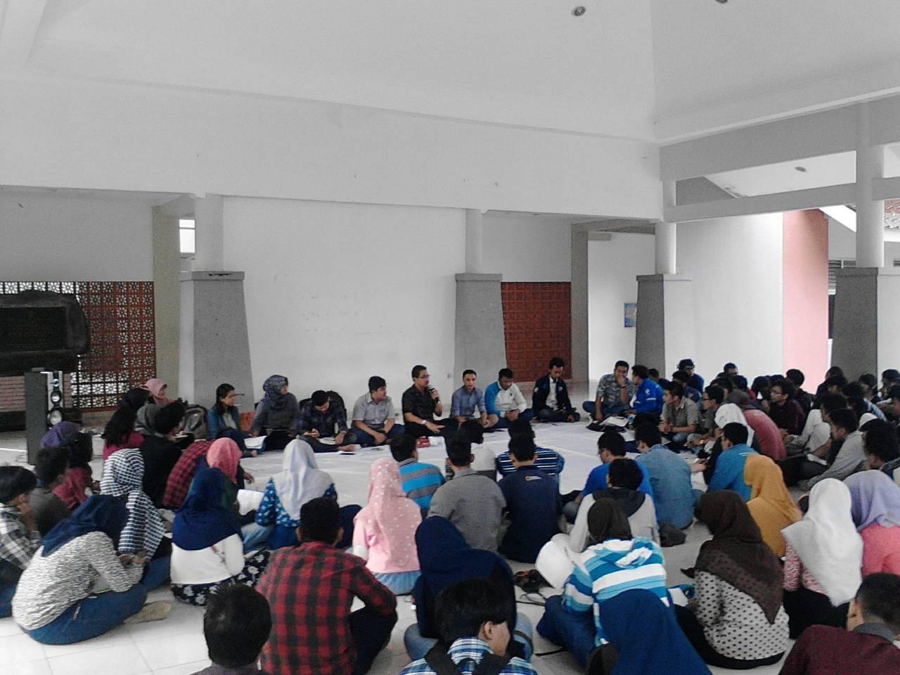 Dr. Pujiono S.H., M.Hum berdiskusi dengan para mahasiswa dalam acara Diponegoro Intellectual Forum yang diadakan oleh BEM Undip, Selasa (22/2). (Ayu/Manunggal)