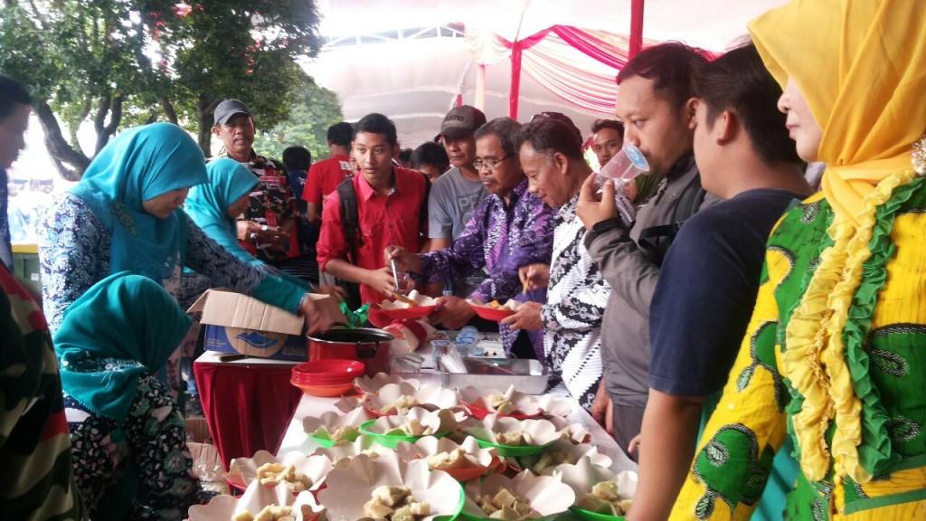 Kuliner gratis yang disajikan dalam pesta rakyat menjadi salah satu daya tarik warga untuk datang dalam pelantikan kepala daerah serentak pada Rabu (17/2) di Lapangan Pancasila, Simpanglima, Semarang. (Astrid/Manunggal)