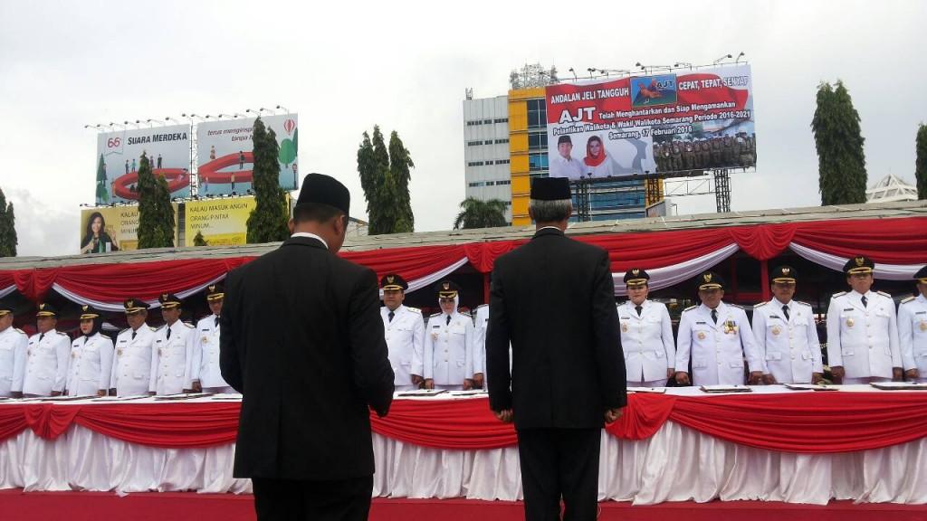 Gubernur Jawa Tengah, Ganjar Pranowo mengambil sumpah 17 bupati/wali kota beserta wakilnya yang dilanjutkan dengan penandatangan pakta integritas, Rabu (12/2) di Simpang Lima, Semarang