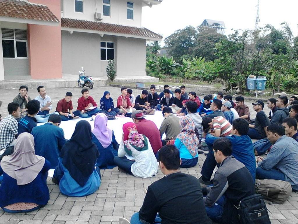 Mahasiswa Undip berdiskusi bersama dalam konsolidasi yang diadakan oleh BEM Undip di Student Centre, Rabu (24/2). (Ayu/Manunggal)