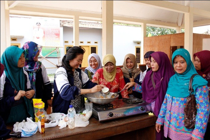 Mahasiswa Tim 1 KKN Undip Desa Tegalmlati ajarkan pembuatan ekado kepada ibu-ibu PKK Sabtu (30/1) di Balaidesa. (Foto : Zulfa/Manunggal)