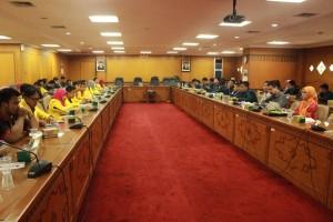 Lembaga masyarakat, akademisi, pegawai pemerintah, dan mahasiswa melakukan diskusi untuk membahas sikap terhadap revisi UU KPK di Gedung DPRD Jawa Tengah, Kamis (25/2). (Jazaak/Manunggal)