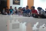 Salah satu peserta diskusi mengajukan pendapat terkait kenaikan UKT di Gedung Serba Guna (GSG) Fakultas Ilmu Budaya (FIB) Undip, Kamis (17/3). (Fajrin/Manunggal)