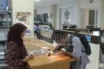 Seorang mahasiswa Undip sedang mengisi formulir pengajuan penelitian di kantor LPPM Undip, Tembalang, Selasa (8/3). Kantor LPPM merupakan pusat informasi mengenai KKN (Norma/Manunggal)