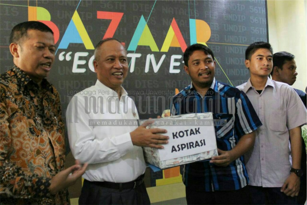 Ketua BEM Undip, Fawaz Syaefullah memberikan kotak aspirasi mahasiswa kepada Menristekdikti, Prof Nasir di Gedung Kewirausahaan FEB Undip, Senin (14/3). (Nina/Manunggal)