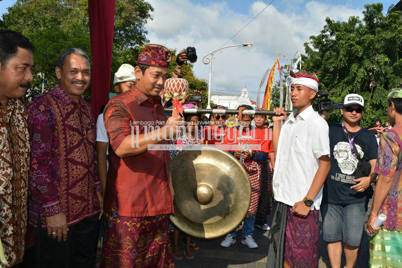 Walikota Semarang, Hendrar Prihadi memukul gong sebagai simbol dimulainya acara Karnaval Seni Budaya Lintas Agama dan Pawai Ogoh-ogoh, Minggu (27/3) di Kawasan Kota Lama, Semarang. (Nina/Manunggal)