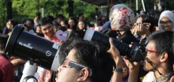 Ratusan Warga Semarang Antusias Menyaksikan Gerhana
