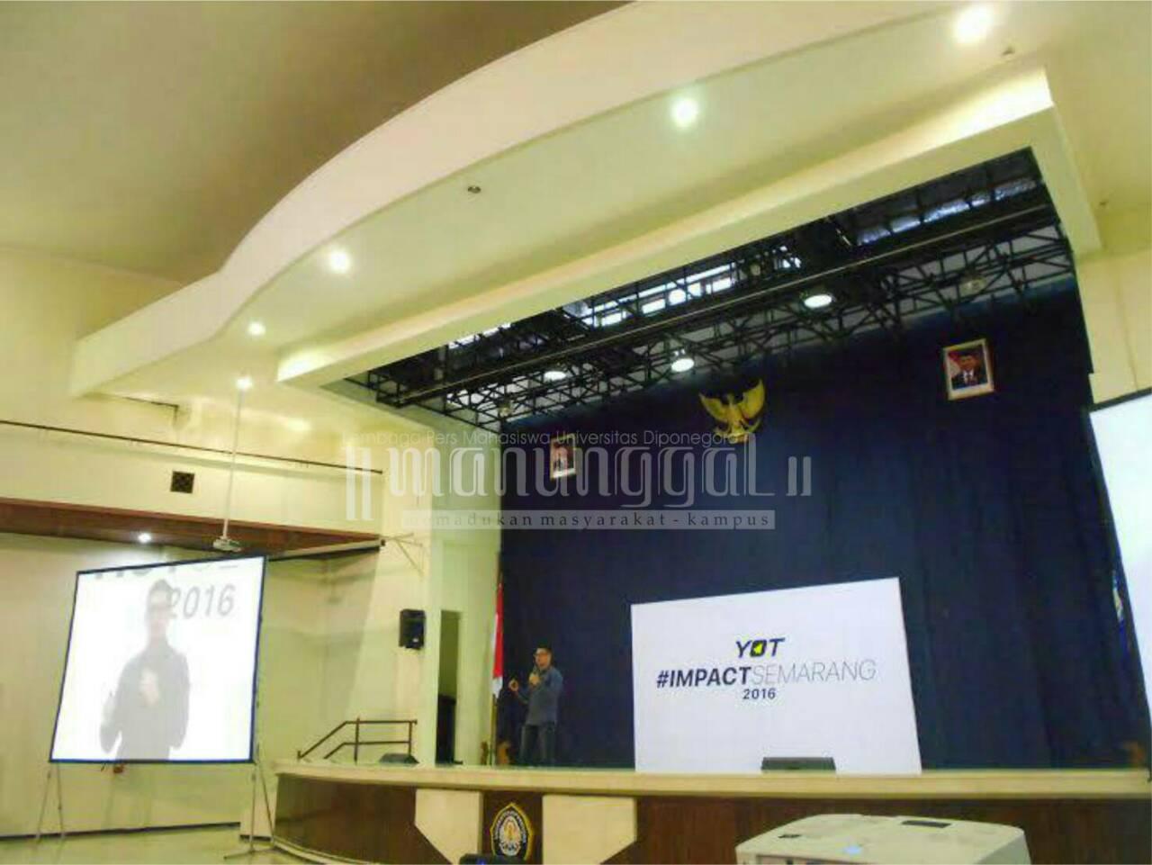 Salah satu pembicara, Yan Hendry berbagi pengalaman dalam kegiatan Impact YOT Semarang pada Sabtu (16/4) di Gedung Soedarto Undip. (Ma'ruf/Manunggal)