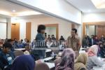 Salah satu mahasisww bertanya saat Dialog dengan Rektorat di Hall Quality, Rabu (13/4). (Astrid/Manunggal)