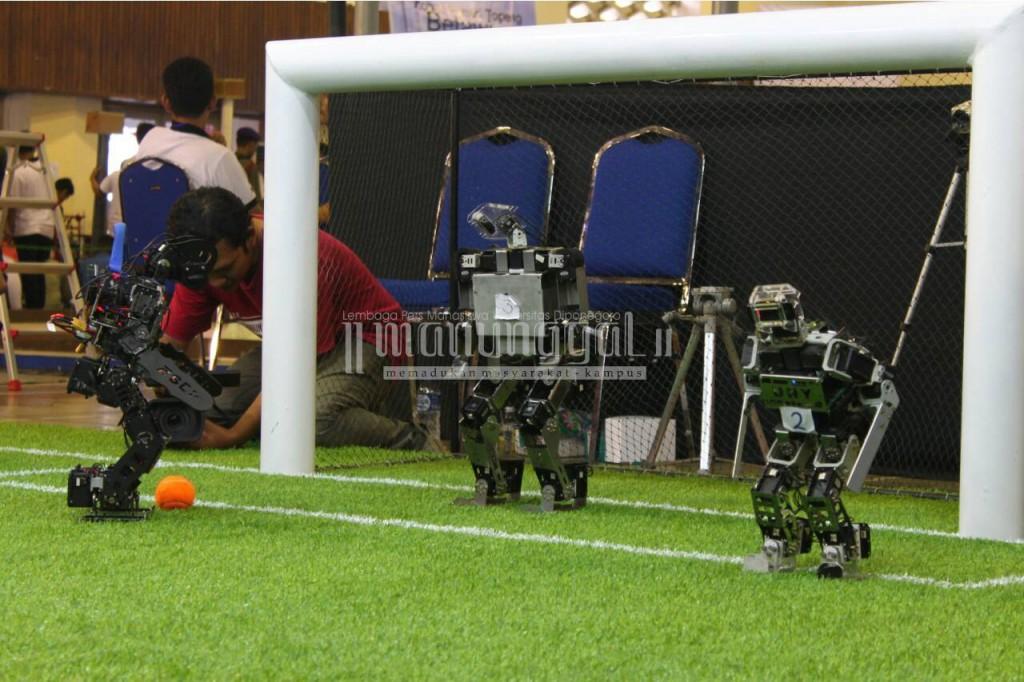 Salah satu aksi robot di kategori Kontes Robot Sepak Bola Indonesia (KRSBI) dalam KRI 2016 Regional III, Sabtu (23/4), di Auditorium Imam Bardjo Undip Pleburan, Semarang. (Nina/Manunggal)