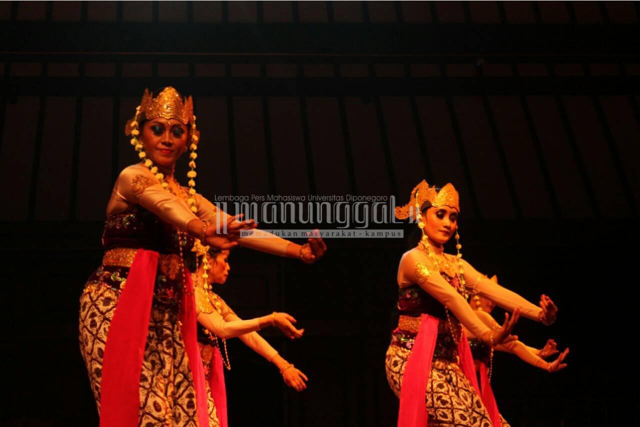 Penampilan Tari Badaya dari Jurusan Tari ISBI Bandung yang turut berpartisipasi dalam Solo 24 Jam Menari, Kamis (28/4) di Pendopo ISI Surakarta. (Nina/Manunggal)
