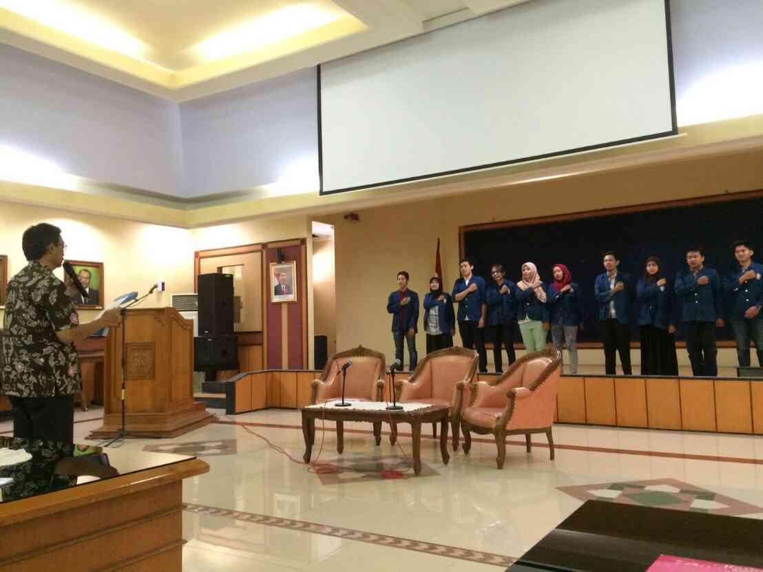 Peserta GUM jilid 4 membaca ikrar yang dipandu Wakil Direktur Kemahasiswaan Undip, Wahyu Hidayat. (Dok. Istimewa)