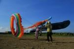 Terik matahari tidak mempengaruhi keseruan bermain layang-layang dalam event Surabaya International Kite Festival, Minggu (24/7) di Side Area Long Beach, Surabaya. (Nina/Manunggal)