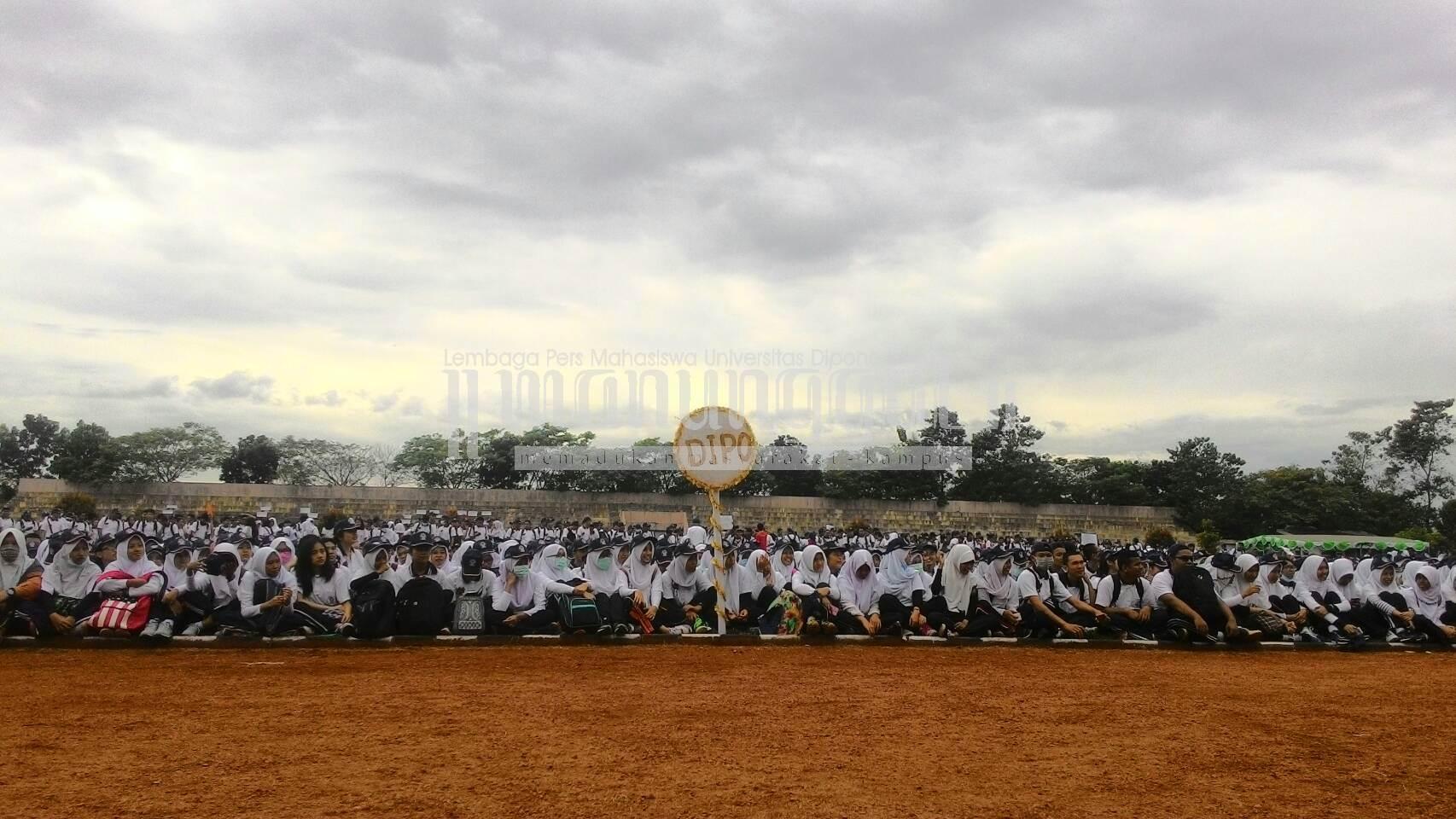 Mahasiswa baru berkumpul di Stadion Utama Undip dalam acara puncak Orientasi Diponegoro Muda (ODM), Minggu (14/8)