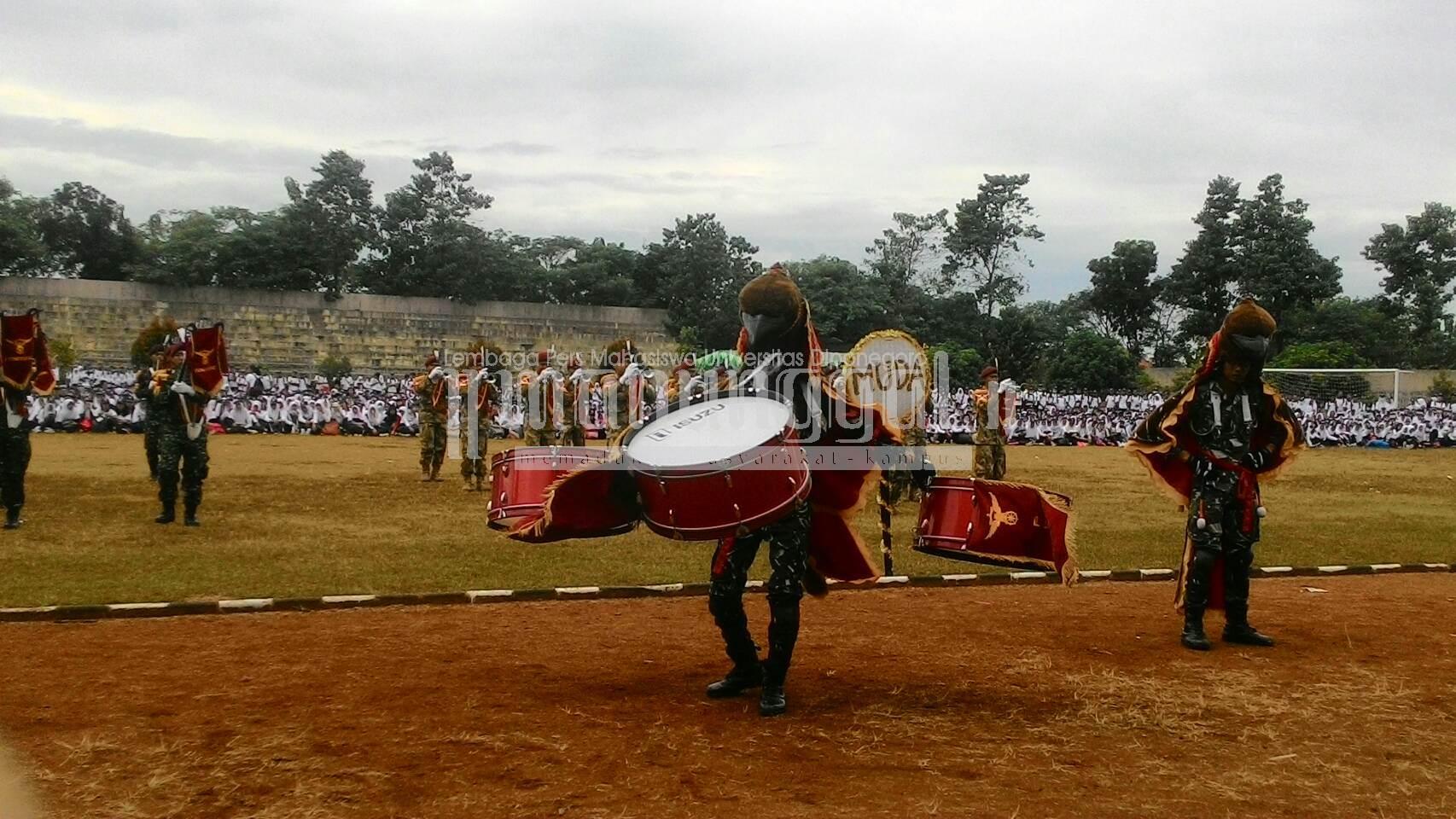 Penampilan drum band dari Tentara Nasional Indonesia Angkatan Darat (TNI AD) di Stadion Utama Undip, Minggu (14/8)