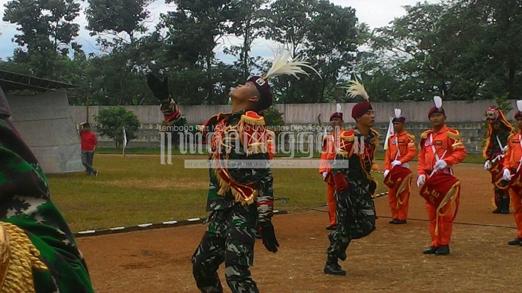 Atraksi mayoret TNI AD dalam acara puncak Orientasi Diponegoro Muda (ODM) di Stadion Utama Undip, Minggu (14/8)