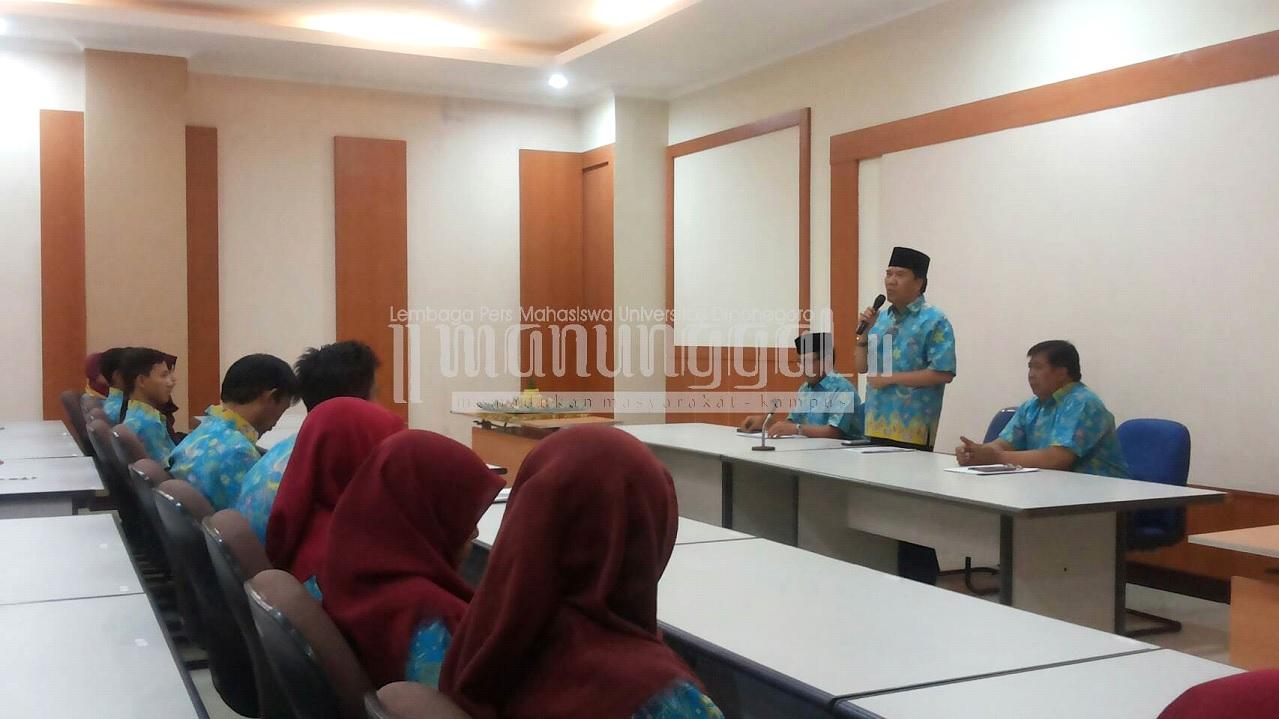 Rektor Undip, Prof Yos Johan Utama memberikan sambutan dalam acara pelepasan tim PKM yang akan mewakili Undip di ajang PIMNAS, Jumat (5/8). (Ayu/Manunggal)