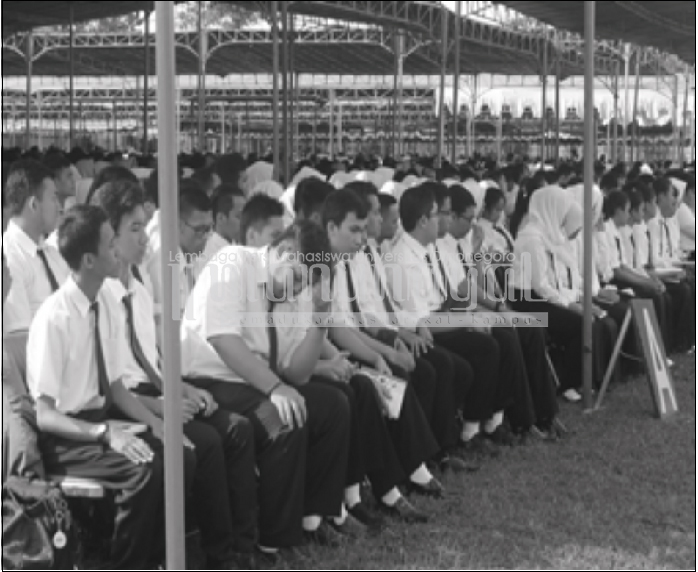 Para mahasiswa baru mengikuti serangkaian acara Penerimaan Mahasiswa Baru (PMB) tahun ajaran 2016/2017 dengan khidmat. Tahun ini PMB berbeda dengan tahun sebelumnya, yaitu penambahan tenda dan kursi untuk upacara, Senin (8/8).(Norma/Manunggal)