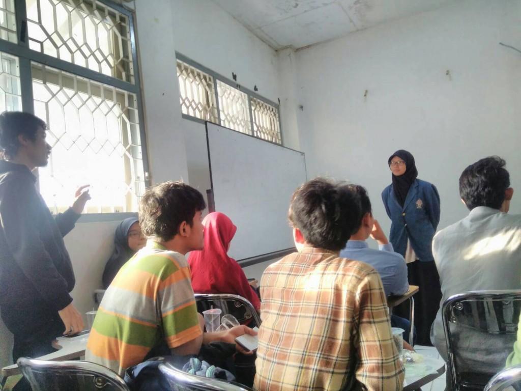 Salah satu peserta bertanya dalam sesi tanya jawab sosialisasi Pemira 2016 yang diadakan di Unit Career Center (UCC) pada Rabu (5/10). (Dinda)