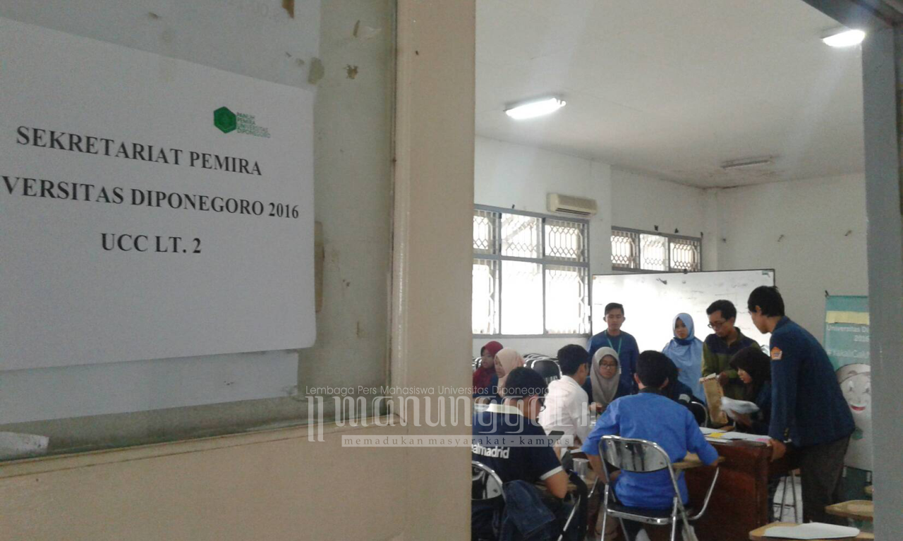 Para pendaftar memadati Sekretariat Pemira Undip 2016, Jumat (14/10). (Clara/Manunggal)
