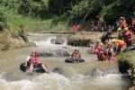 Pengunjung desa wisata Kandri tampak antusias mengikuti kegiatan river tubing (Nina/Manunggal)