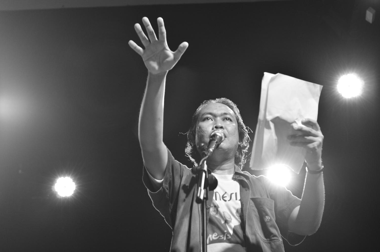 Penampilan Nugroho Wahyu Utama dalam pagelaran puisi rock di Gedung Pusat Kesenian Jawa Tengah (PKJT) Semarang, Minggu (14/2). (dok. pribadi)