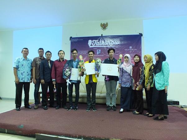 Penyerahan penghargaan kepada para juara lomba poster bertemakan literasi sekolah di Gedung Pertamina Sukowati, Kamis (29/10). Undip menjadi juara ke-3 dalam lomba tersebut. (Dokumen Pribadi)