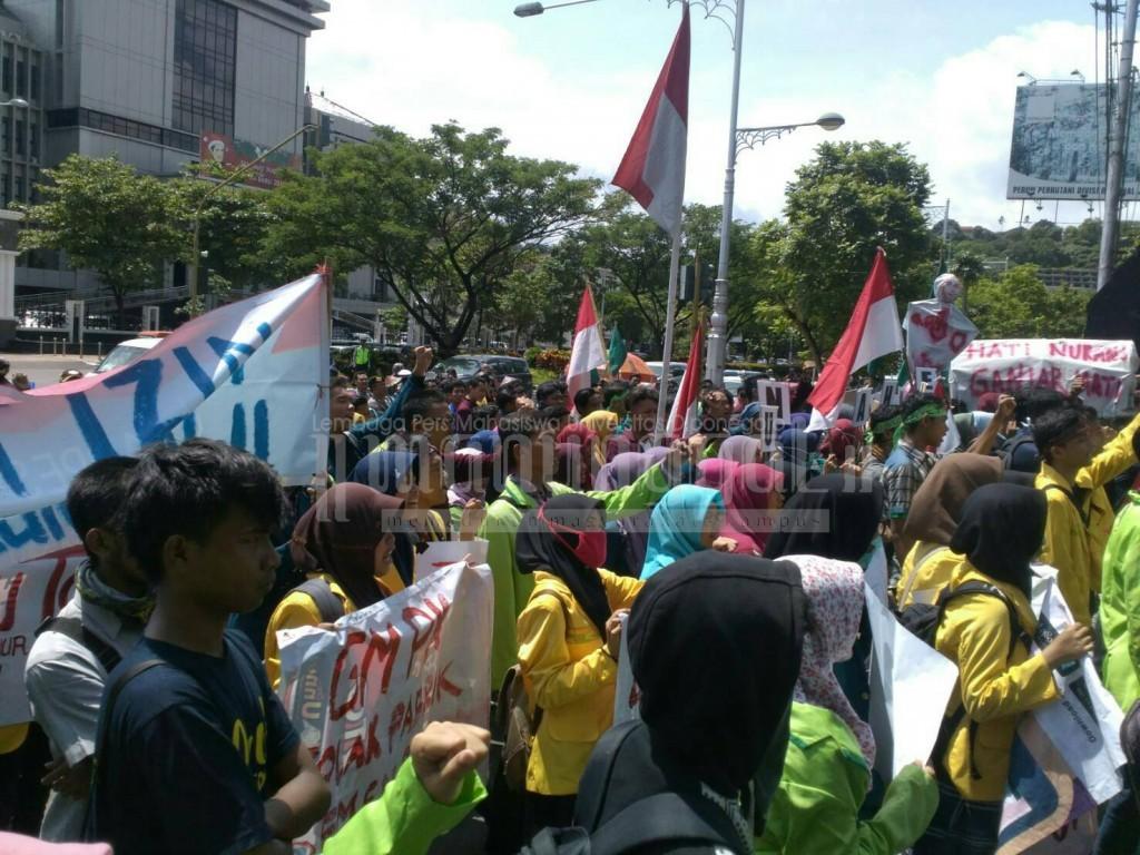 Massa memadati depan Kantor Gubernur Jawa Tengah, Senin (9/1), dalam Aksi Bela Kendeng. (Faqih/Manunggal)