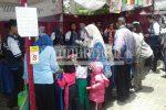 Antusiasme pengunjung ketika berada di salah satu stan pada acara Diponegoro University Festival (Dufest), Selasa (14/2). (Rizko/Manunggal)