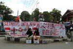 Simulasi pengecoran kaki dan orasi oleh BEM Undip dan Laskar Diponegoro dalam aksi solidaritas untuk petani Kendeng di Bundaran Undip, Tembalang pada Selasa (22/3). (Jazaak/Manunggal)