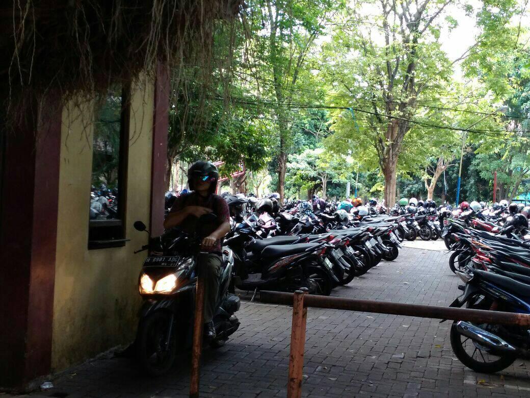 Salah satu mahasiswa Fakultas Teknik (FT) sedang keluar dari parkiran Gedung Kuliah Bersama (GKB) FT tempat curanmor terjadi pada Minggu (24/9). (Jazaak/Manunggal)