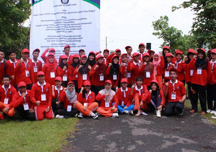 Foto bersama mahasiswa Bidik Misi angkatan 2012 dan 2013 saat Outbond ESQ di Lapangan Latihan Tentara Nasional (TNI), Minggu (16/3).