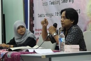 Cristian Wahyu Susilo sedang memberikan materi design layout dalam Pelatihan Jurnalistik Tingkat Dasar (PJTD) LPM Manunggal di Aula LP2MP Universitas Diponegoro, Minggu (20/10). (Rifqi/Manunggal)
