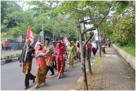Arak-arakan pakaian adat dalam peringatan Hari Kartini yang  diselenggarakan oleh UKM Pramuka, Racana, di depan Gedung Soedarto Universitas Diponegoro, Minggu (20/4). (Hery/DokumenPribadi)