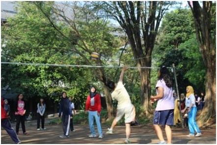 Pertandingan voli putri dalam acara Chemistry Olimpics Games (COG) di lapangan Fakultas Sains dan Matematika (FSM) Universitas Diponegoro, sabtu (19/4). (Fathur/Manunggal)