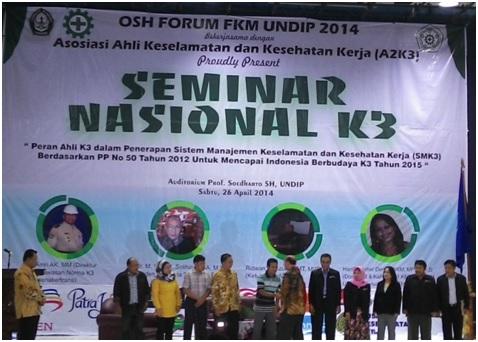 Ir Amri AK MM, Direktur Pengawasan Norma K3 Kementerian Tenaga Kerja dan Transmigrasi (Kemenakertrans) sedang melantik Asosiasi Ahli Keselamatan dan Kesehatan Kerja (A2K3) di Gedung Prof. Soedarto, SH, Undip, Semarang, Sabtu (26/4).  (Ririn / Manunggal)