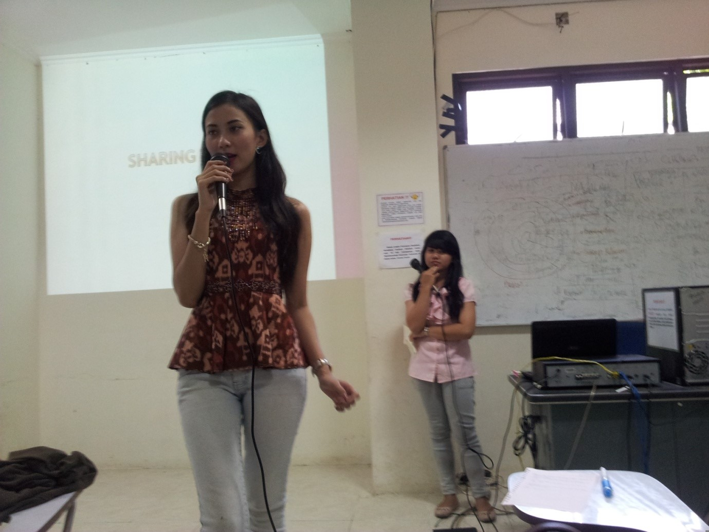 Finalis Puteri Indonesia 2014, Rakhmi Wijiharti sedang menjawab pertanyaan pada sesi sharing time dalam acara Public Speaking and Conversation Class di Ruang D 201-1 Fakultas Kesehatan Masyarakat (FKM) Universitas Diponegoro, Sabtu (29/3). (Haqqi/Manunggal)