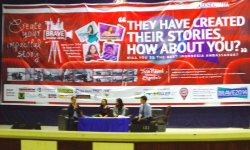 Khaleed Hadi Pranowo, Anindya Kusuma Putri, dan Anindya Nastiti Restuviani sedang berbagi pengalaman mereka saat menjadi perwakilan Indonesia di luar negeri dalam Brave Seminar 2014 yang diadakan AIESEC, di Gedung Soedarto, Sabtu (19/4).