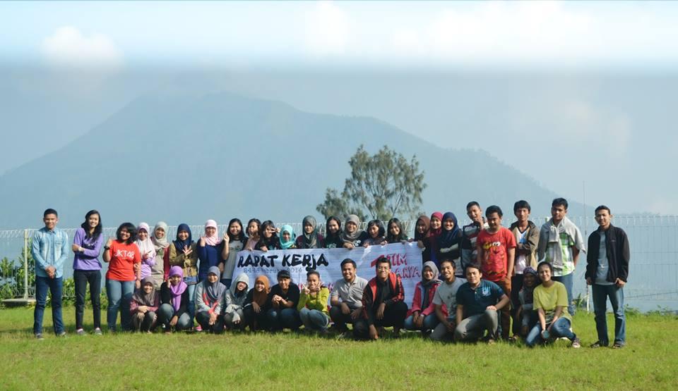 Foto bersama pengelola dan alumni LPM Manunggal Universitas Diponegoro di Villa Wijaya Kusuma Kopeng, Kamis-Jumat (27-28/2).